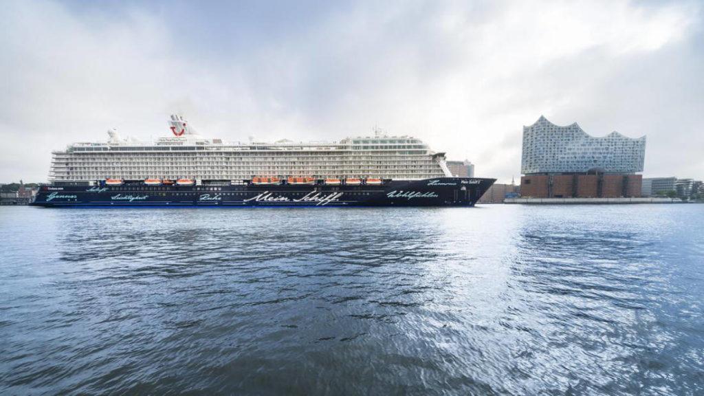 Mein Schiff 5 vor Hamburg - Bildquelle: TUI Cruises
