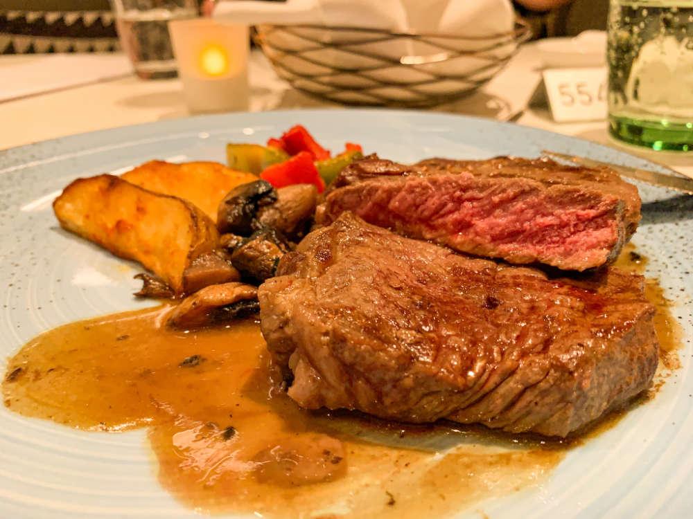 Rinderrückensteak in Atlantik-Restaurant auf der Mein Schiff 1 - Bildquelle: Cruisify.de