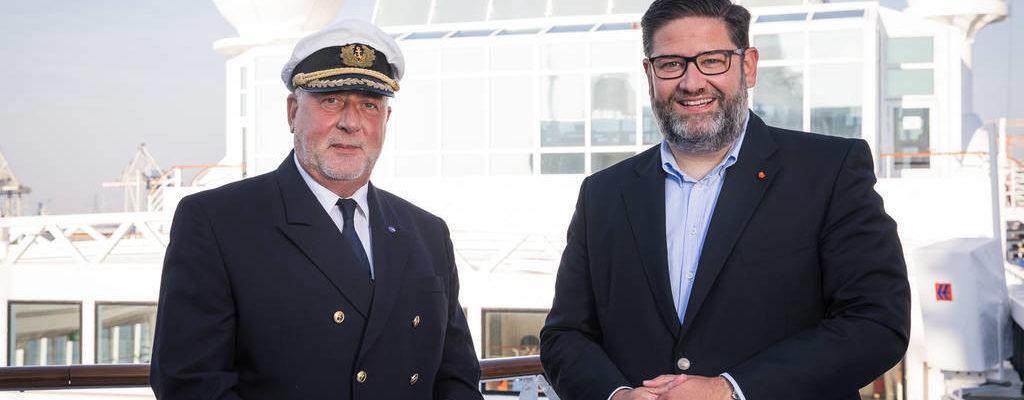 Kapitän Greulich und Julian Pfitzner, CEO Hapag-Lloyd Cruises Foto: Hapag-Lloyd Cruises