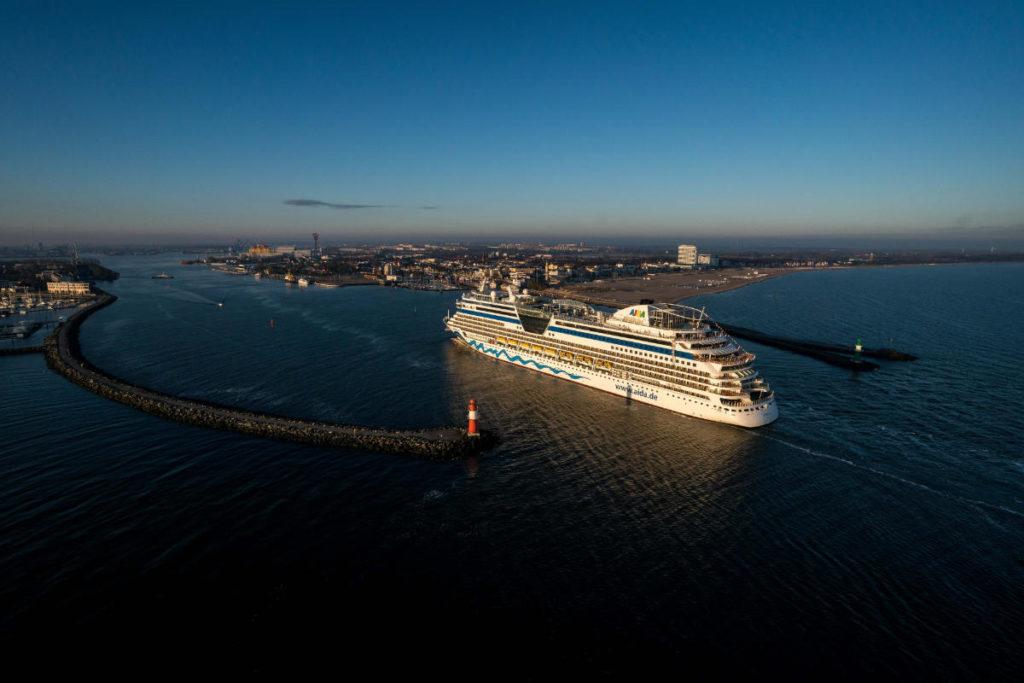 AIDAdiva mit Einfahrt in Warnemünde - Bildquelle: AIDA Cruises